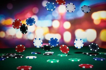 fichas de casino: Fichas de p�quer en la mesa en el casino Foto de archivo