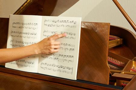 女性の教育ピアノのレッスンをクローズ アップ