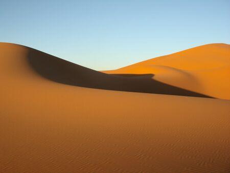 desierto del sahara: Dunas de arena en el desierto con el cielo azul
