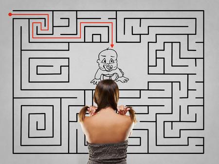 Frau Zieht Haar Vor Grauem Labyrinth Mit Baby Lösung Lizenzfreie