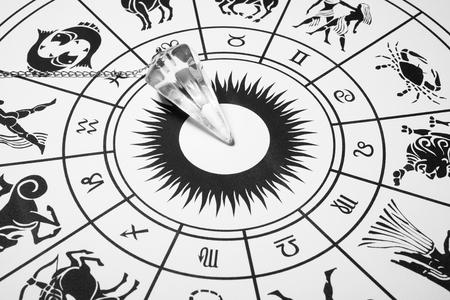 Crystal slinger met zodiac wheel voor astrologie Stockfoto