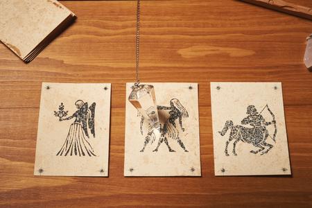 テーブルの上のクリスタル振子を有する透視カード 写真素材