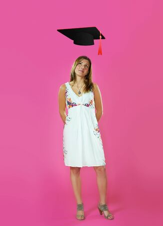 卒業の帽子ピンクの背景を持つ女性の肖像画