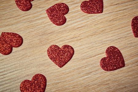木製のテーブルにバレンタインデー赤いハート 写真素材
