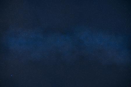 暗黒の宇宙の銀河から星