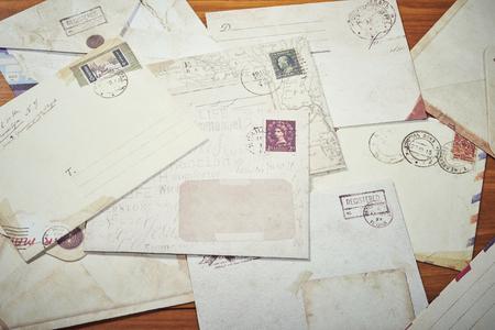テーブルの上の古いバレンタインデー グランジ手紙