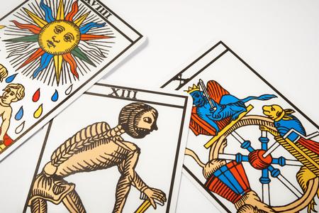白いテーブルの上の死と占いのタロット カード 写真素材