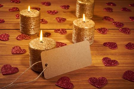 暗闇の中で赤いハートのバレンタインの日のためのキャンドル 写真素材