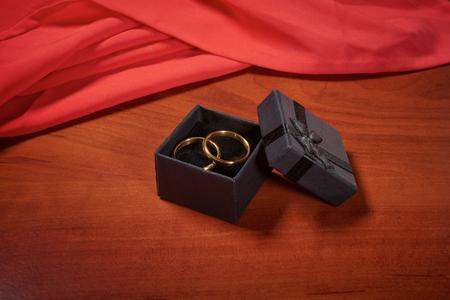 木製のテーブルにバレンタインデー ゴールドの結婚指輪