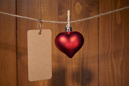 バレンタインデー赤いハートの装飾木製の壁に