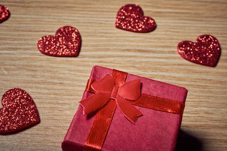 木製のテーブルに赤いハートのバレンタインの日のささやかな贈り物 写真素材