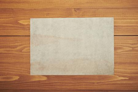 木製のテーブルに古い白い紙 写真素材 - 98682229