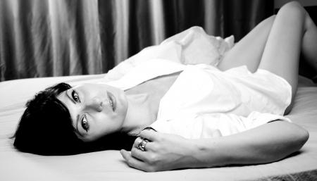 deseo sexual: WBeautiful mujer recostada en la cama Foto de archivo