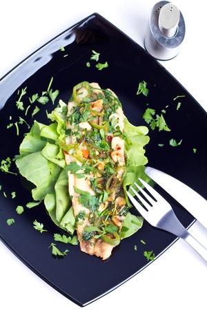pesce cotto: Forno pesce cotto su un piatto nero