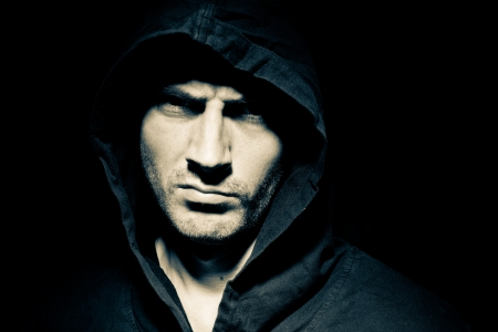 Portret van een mannelijk model in het donker Stockfoto