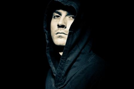 Portret van een mannelijk model in het donker