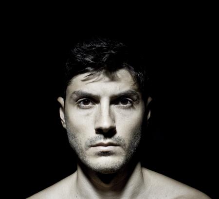 ojos marrones: Retrato de un modelo masculino en la oscuridad