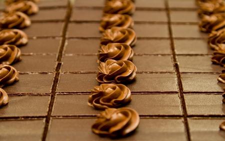 chocolatería: Tortas de chocolate en una línea