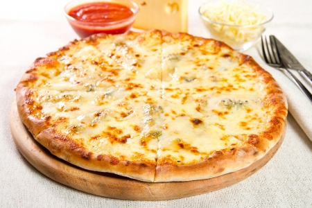 pizza: Pizza fromaggi quattro en una tabla de madera