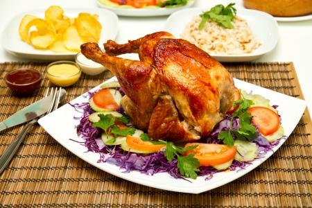 contorni: Carbone di pollo al forno e contorni Archivio Fotografico