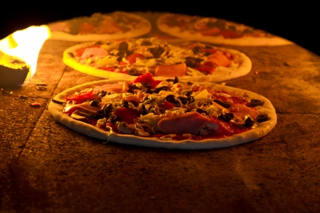 woodfire: Pizza cooking in a tradition oven