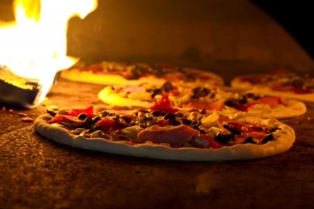 ピザを伝統のオーブン料理