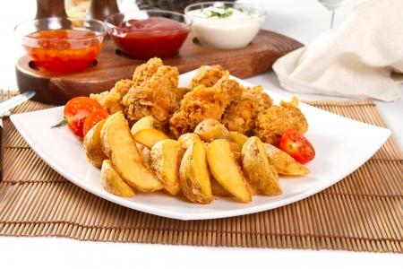 Potato wedges and fried chicken Zdjęcie Seryjne