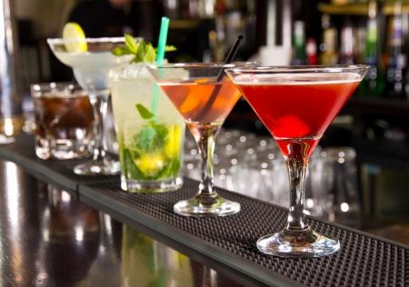 alcool: Cinq cocktails sur le comptoir du bar Banque d'images