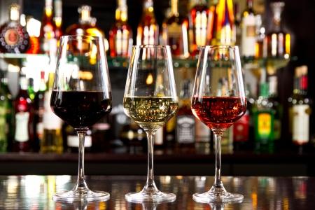 Drie glassses wijn op de teller