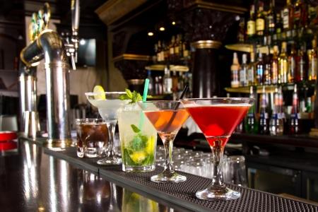bebidas alcoh�licas: Cinco c�cteles en la barra del bar