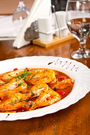 Garnalen met knoflook en tomaten Stockfoto - 90267906