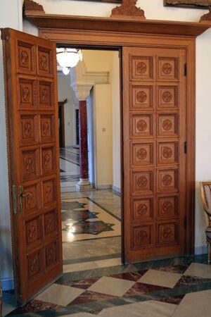 Porte en bois dans une maison de luxe (int�rieur) Banque d'images - 1424692