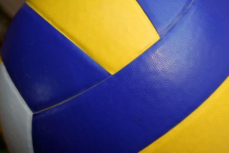 ballon volley: Pr�s d'un terrain de volley-ball (jaune et bleu)