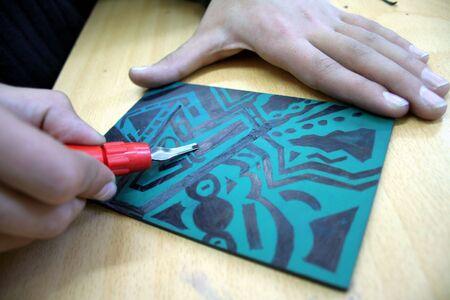 matiere plastique: Artiste de travail avec l'aide d'un outil de gravure en plastique Banque d'images