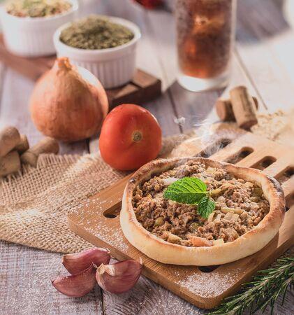 Traditionelle arabische Esfiha mit offenem Fleisch (Brasilien)