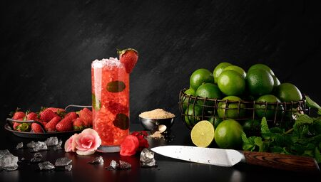 Strawberry Mojito - Traditional Strawberry, Lemon and Mint Rum Drink Standard-Bild