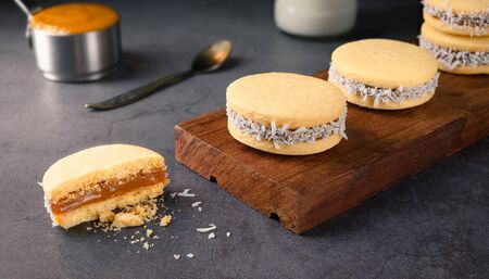 Traditional Alfajores (Alfajor) with dulce de leche and grated coconut - Traditional Argentine sweet Standard-Bild