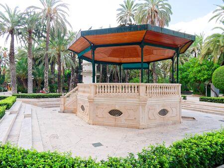 A beautiful garden in a palm grove in Elche, Spain. 免版税图像