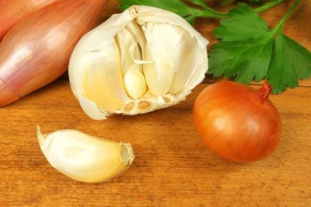 alliaceae: Whole fresh garlic, onion shalotte and parsley