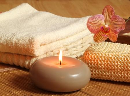 Cure de beauté et de relaxation. Fleur de bougies et orchidée  Banque d'images