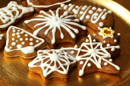 Platte mit Weihnachtsplätzchen dekoriert mit weißen Zuckerguss Standard-Bild