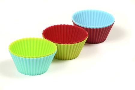 silicio: Tazas de la magdalena en varios colores aislados en blanco