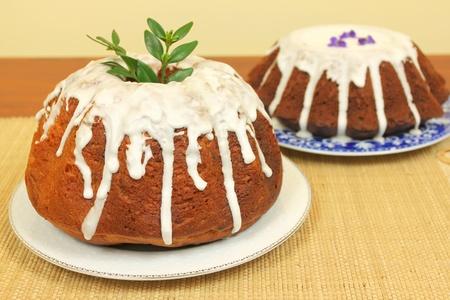 levadura: Tortas de Pascua tradicionales polacas con una decoración de primavera en polvo y fresca Foto de archivo