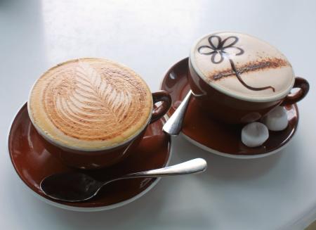 chocolate caliente: Cappuccino del café y chocolate caliente en la cafetería