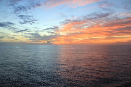 cielo y mar: Puesta de sol sobre el oc�ano Foto de archivo