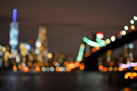 Światła: Niewyraźne światła Brooklyn Bridge w Nowym Jorku na Manhattanie. Nocny widok