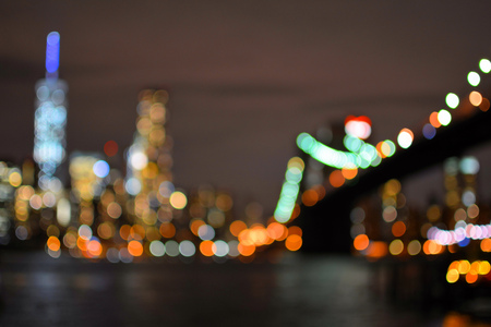 Blurred lights of Brooklyn Bridge and New York City Manhattan. Night view Standard-Bild