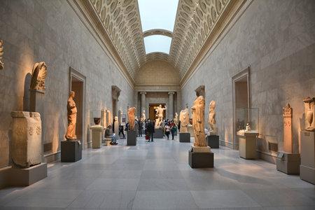 NEW YORK CITY - 년 10 월 (22) : 2014 년 메트로폴리탄 미술관에서 그리스어 미술의 전시. 메트로는 미국에서 가장 큰 미술관이다 스톡 콘텐츠 - 44457317
