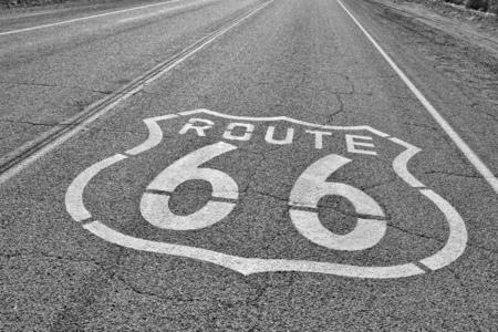 Route 66, panneau peint sur la route. Road trip aux USA