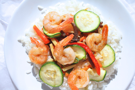 Sauteed shrimps with vegetables and rice colorful healthy meal. Imagens